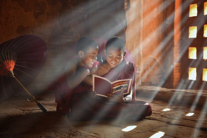 monk,asia,asian,bhudalist.bhudda,myanmar,burma,pray,reading,light,sunlight,raylight,happiness,madalay,travel,culture,jorney, The monkphoto preview