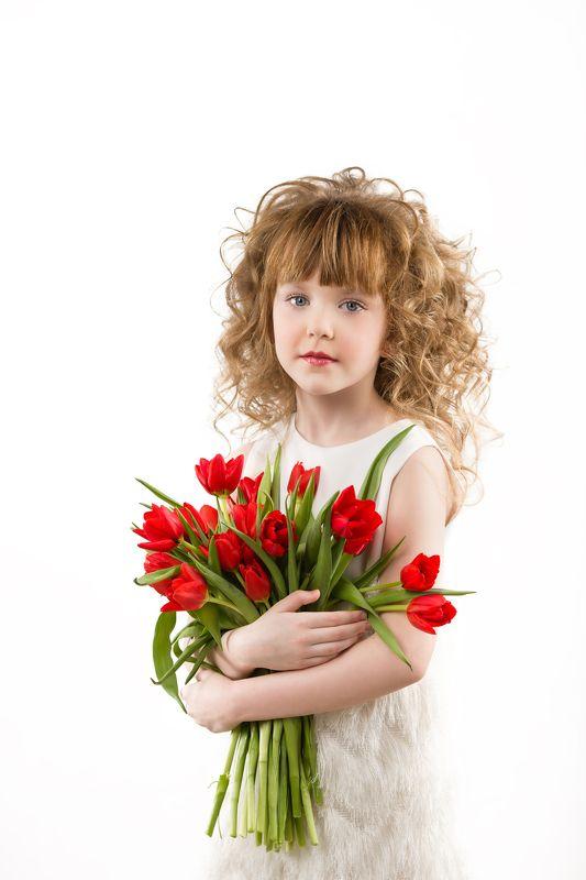 Девочка с цветами, Детский портрет, Детский портрет девочка с цветам, Кудрявый ребенок, Маленькая девочка, С 8 марта, Тюльпаны, Цветы в руках Нежность для мамыphoto preview