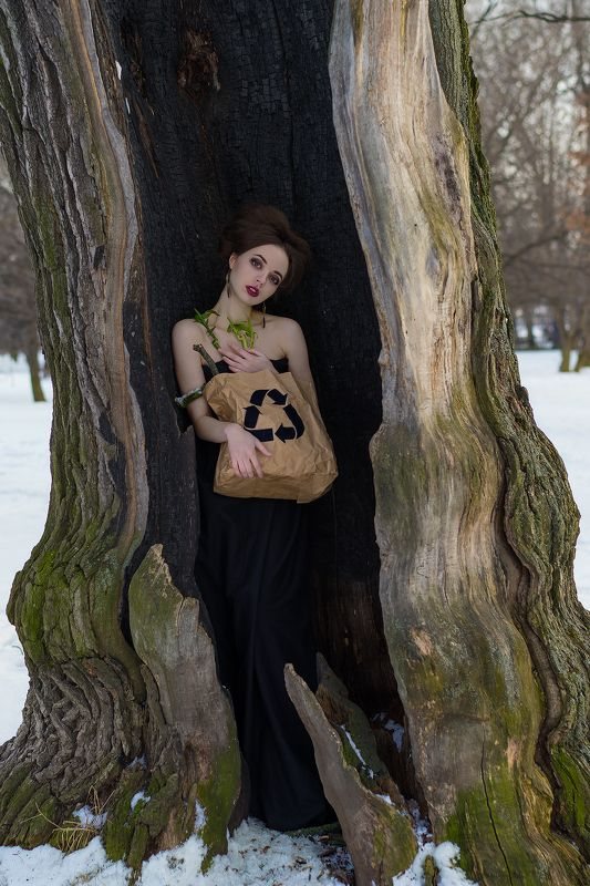 девушка Girl in the treephoto preview