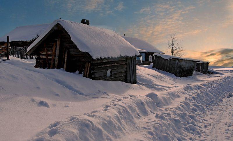 село закат солнце  развалюхи сугробы сараи дорога обочина искры облака захалустье Закат на селеphoto preview