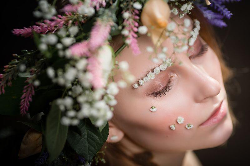 девушка с венком, венок на голове, венок, цветы ***photo preview
