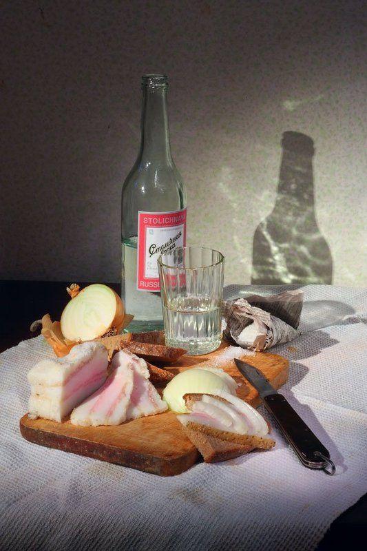 водка, стакан, сало, лук, нож, соль, бутылка, газета завтрак \