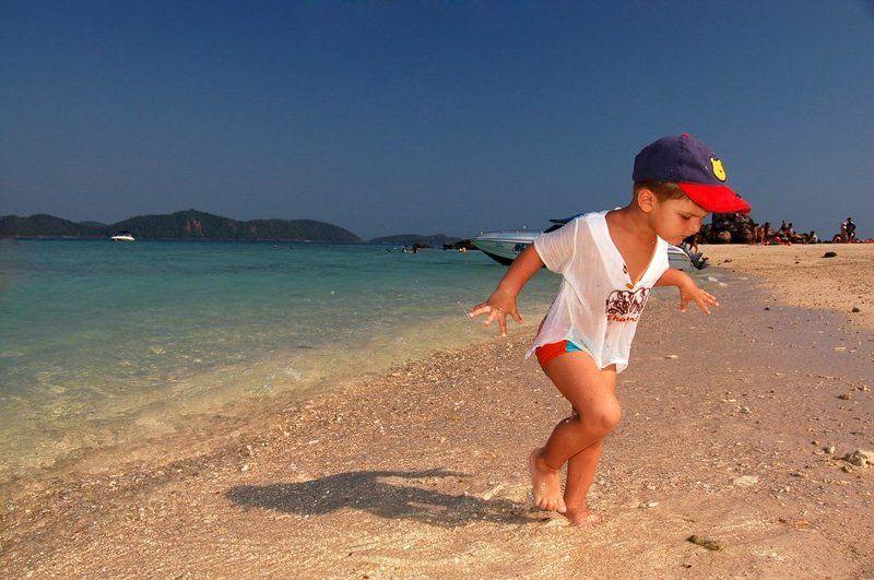 thai, пляж, море, песок, прибой, ребенок острые ракушкиphoto preview