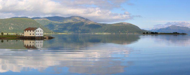 Лофотенские острова, Норвегия, отражение  Мой любимый домикphoto preview