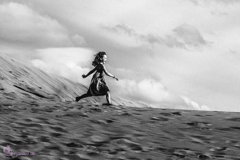 Жанровый портрет, Чб, Черно-белое Бегущая по волнамphoto preview