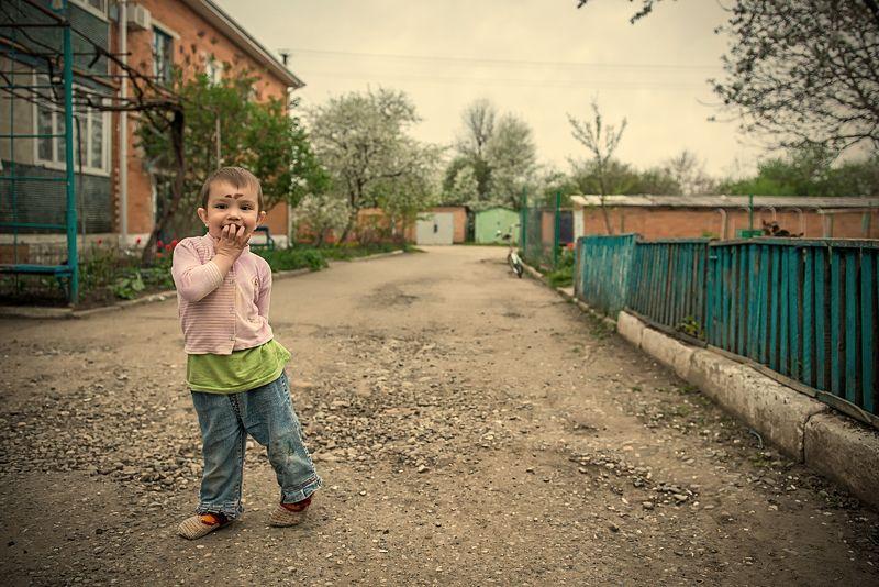 Ребёнок, мальчик, счастье, двор, улица, детство, беззаботность Весёлый пареньphoto preview