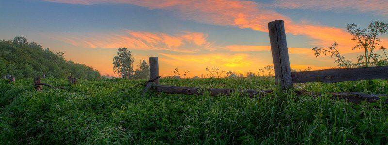 забор, лето, небо, панорама, природа, рассвет, свет, трава, утро За огородамиphoto preview