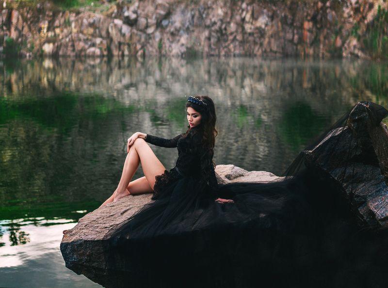 портрет, девушка, корона, платье, озеро, природа, красота, красиво, шикарно, брюнетка, женщина, камни, лето Лилияphoto preview