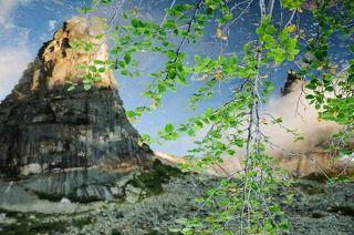 рисуя скалы в зеркале воды