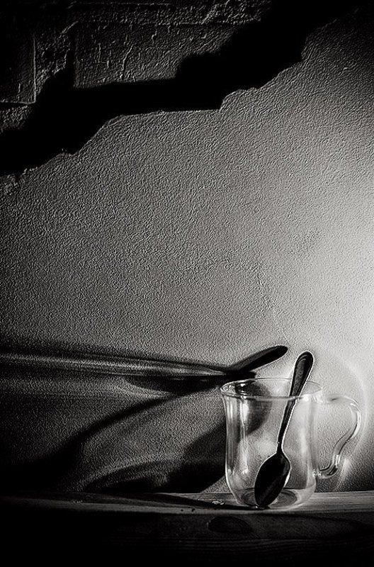 Я сижу в темноте. И она не хуже в комнате, чем темнота снаружиphoto preview
