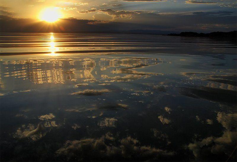 оз. зайсан, восточный казахстан Отражая облакаphoto preview