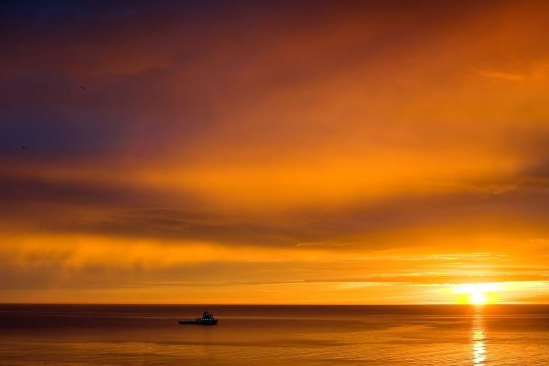 море,закат,корабли,пейзаж провожая солнцеphoto preview