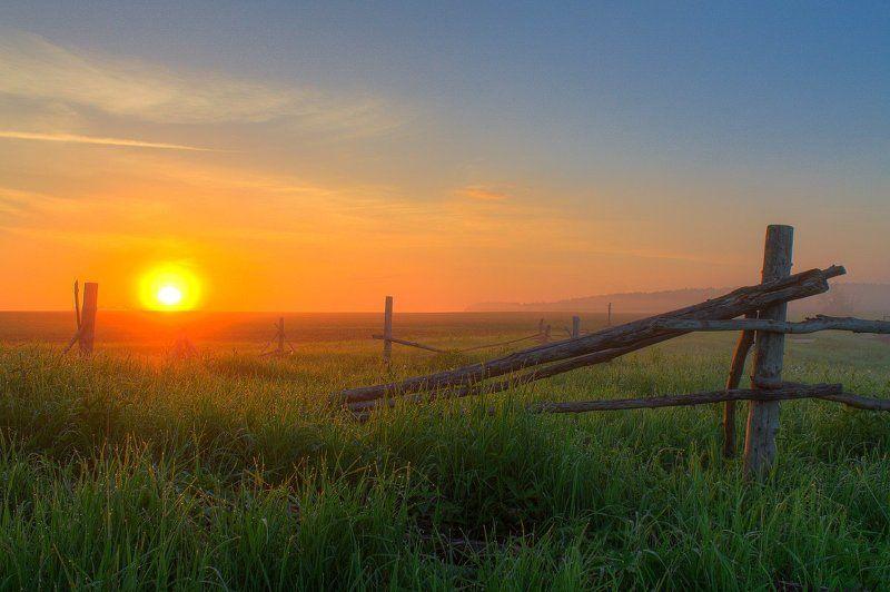 лето, небо, рассвет, солнце, трава, туман Старенький заборphoto preview