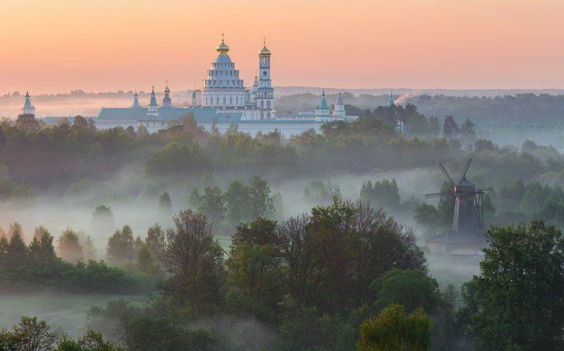 Туманный рассвет у стен Новоиерусалимского монастыряphoto preview