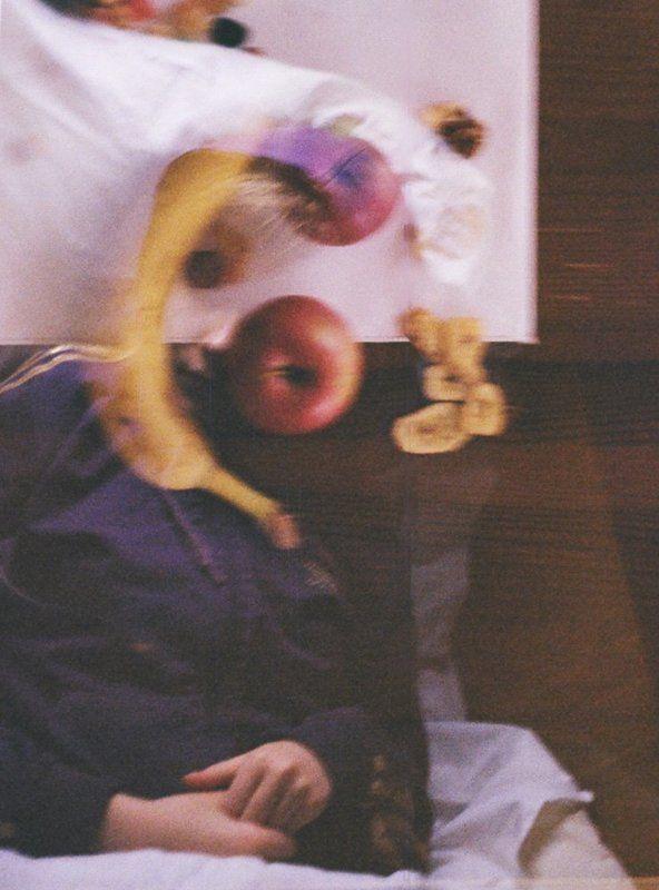 Девушка с фруктамиphoto preview