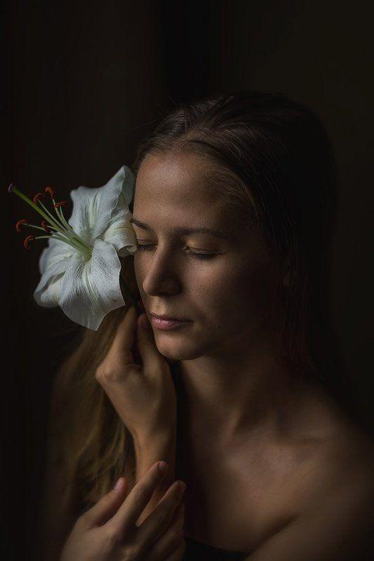 Девушка и лилияphoto preview