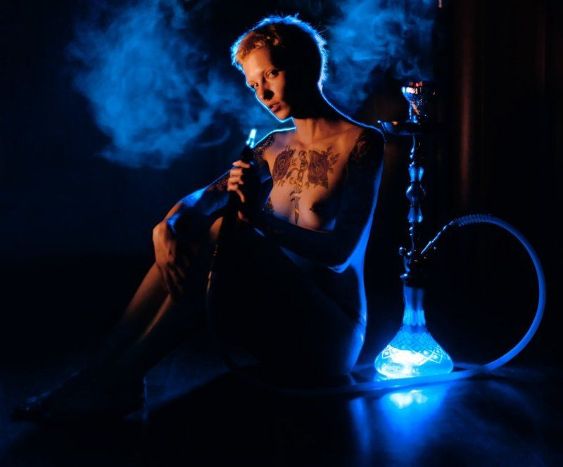 дым,кальян,тату,девушка,синий свет,интерьер серия \