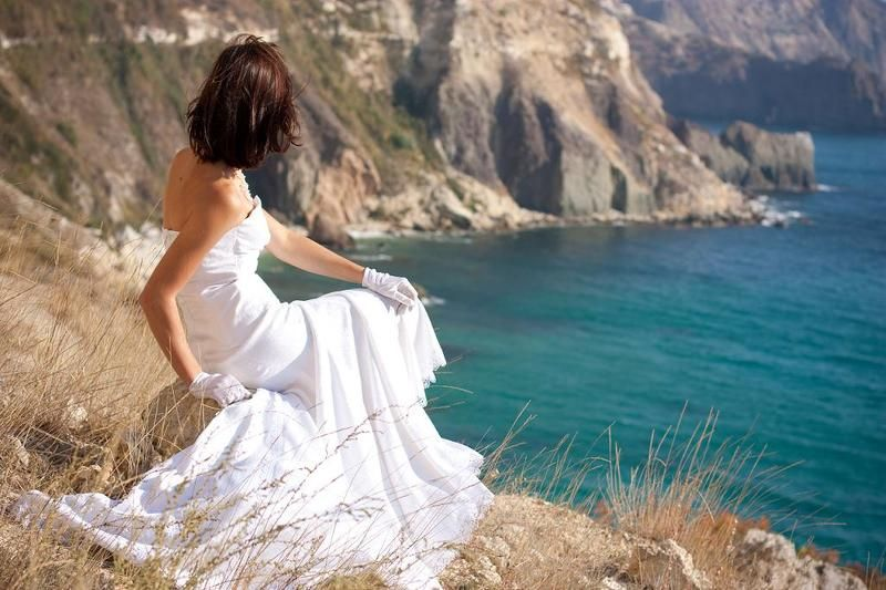 невеста, море, берег, обрыв, белое, платье, свадьба, молодая, красивая, девушка, брюнетка, скалы, пляж, лето, весна, севастополь, крым, фиолент Мысли невестыphoto preview