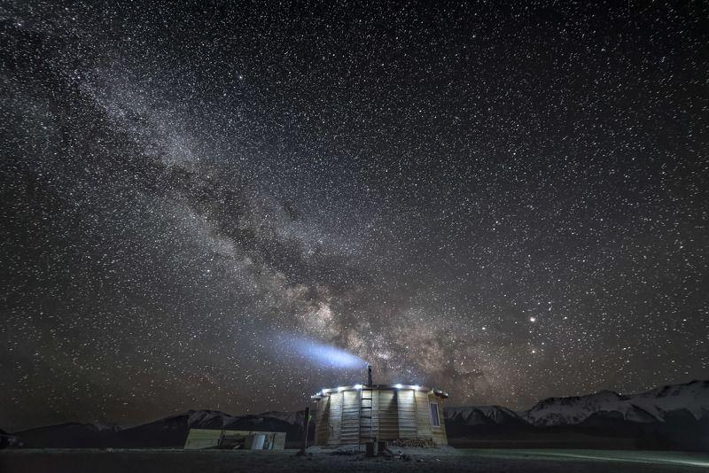 пейзаж,звезды,ночь,звездная ночь,природа,млечный путь,горы,небо,ночное небо Дом под звездным небомphoto preview