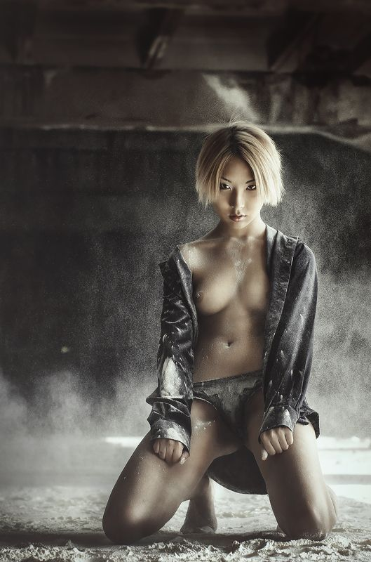 девушка, мука, топлес Roninphoto preview