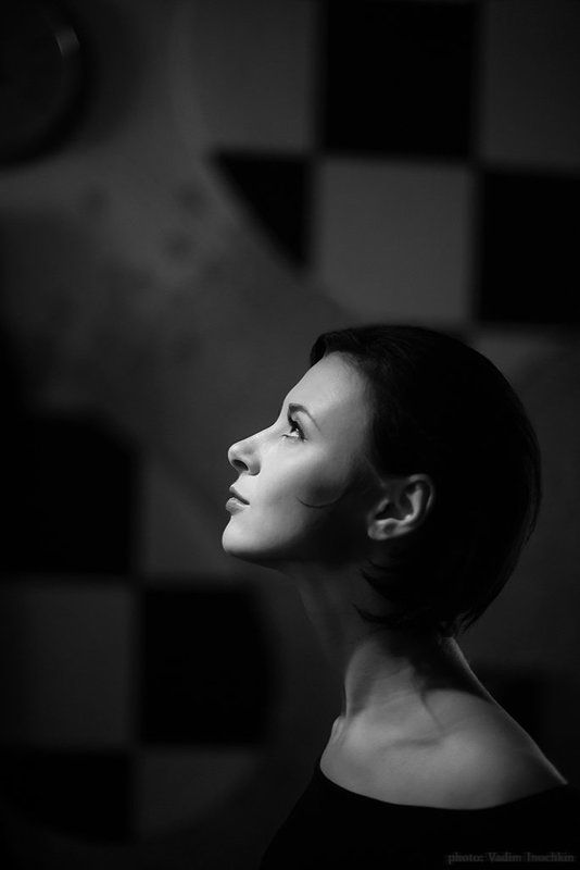 портрет девушки, профиль, ч/б, клетки, пилотный свет. Светлое прошлоеphoto preview