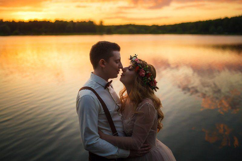 свадьба, жених, невеста на закатеphoto preview