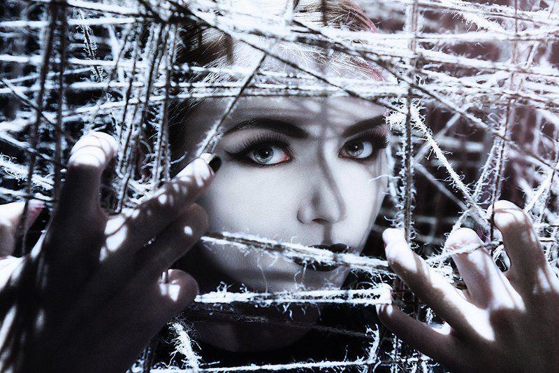 Портрет, крупным планом, глаза, красивая девушка, веревки, ужасы, страх, грим,пальцы, жесткий свет,ретушь. Клеткаphoto preview