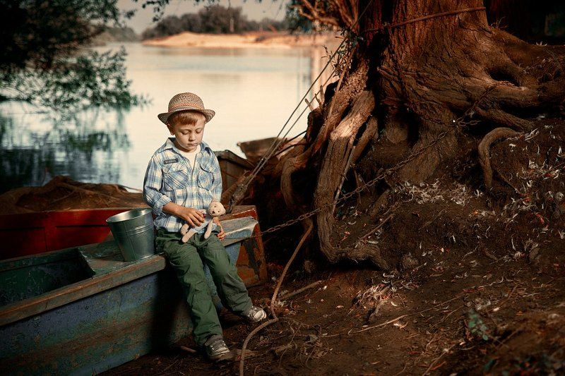 лодка, ребенок, мальчик, река, дерево, лето На берегуphoto preview