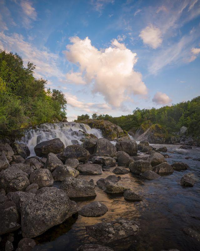 река Средняя . водопад впадает в мореphoto preview