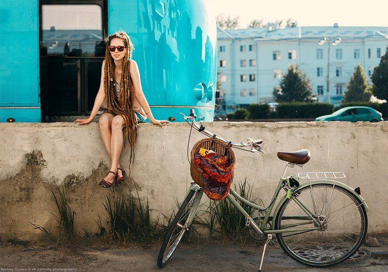 girl,city,street,bike,bicycle,blue,bus,dreadlocks The blue bus is calling usphoto preview