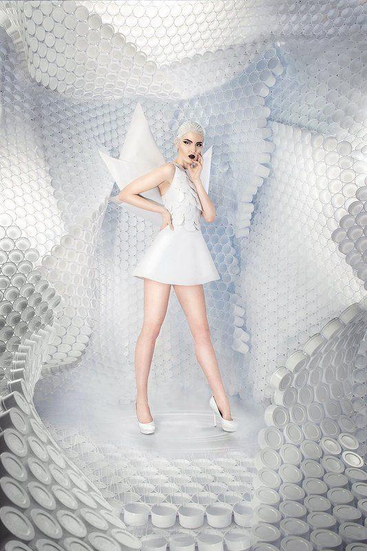 Девушка, пластик, стаканчики, белый, импульс, туфли, мейк, модель, дракон,декорация, студия, красота, глянец, обложка, поза,волосы,черные губы, фантастика, будущие Пластикphoto preview