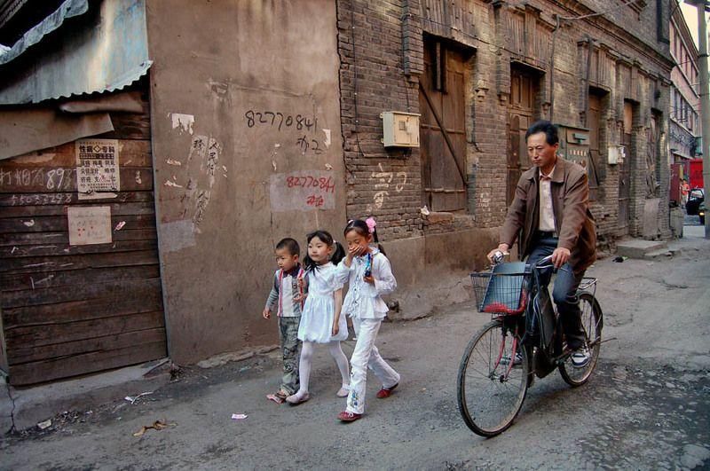 китай, харбин,  провинция хэйлуцзян, старый город, дети, велосипедист Провожатыйphoto preview