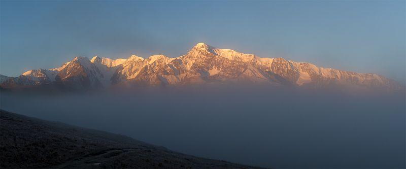 Шапка тумана над озером медленно рослаphoto preview
