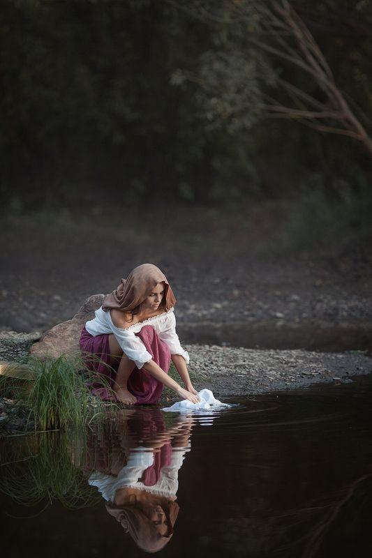 девушка , испанка , красивая, стирает белье, река испанкаphoto preview