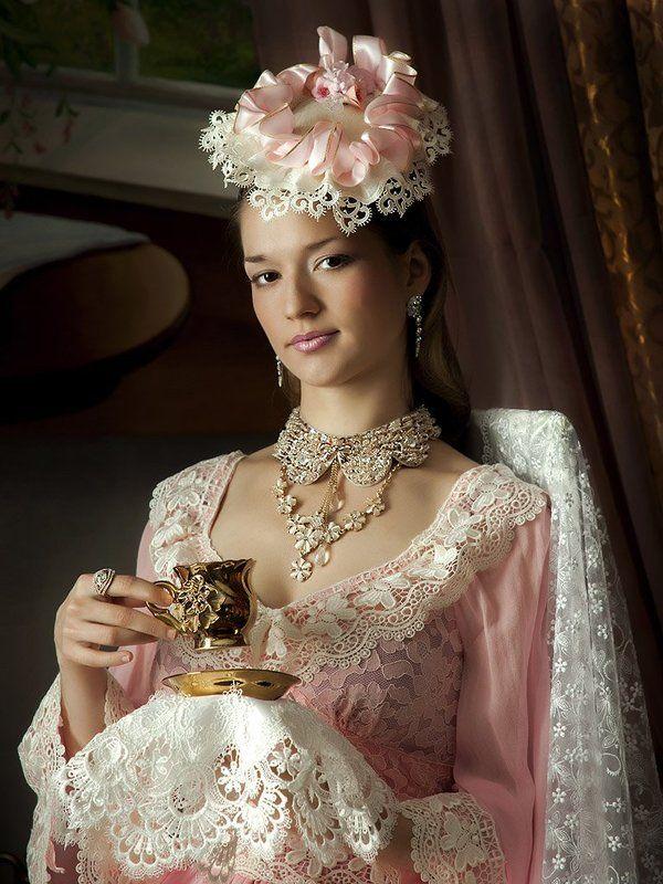 Портрет красивой девушки в розовомphoto preview