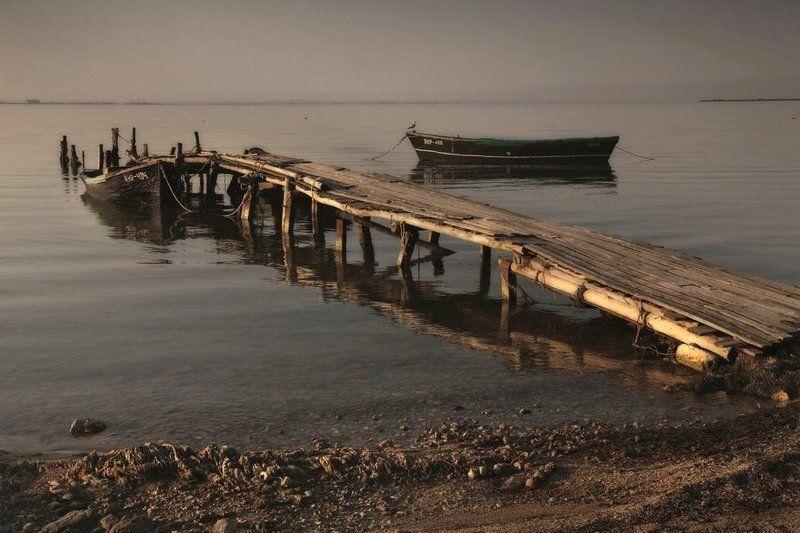 причал,лодка,утро у старого причала....photo preview
