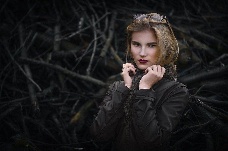 Осень, ветки, девушка,пленер, бурелом, за брошка,цвет, коричневый, очки,куртка, глаза, взгляд, прохладно,руки. Юляphoto preview
