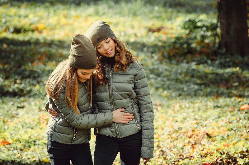 осень девушки прогулка лес sistersphoto preview