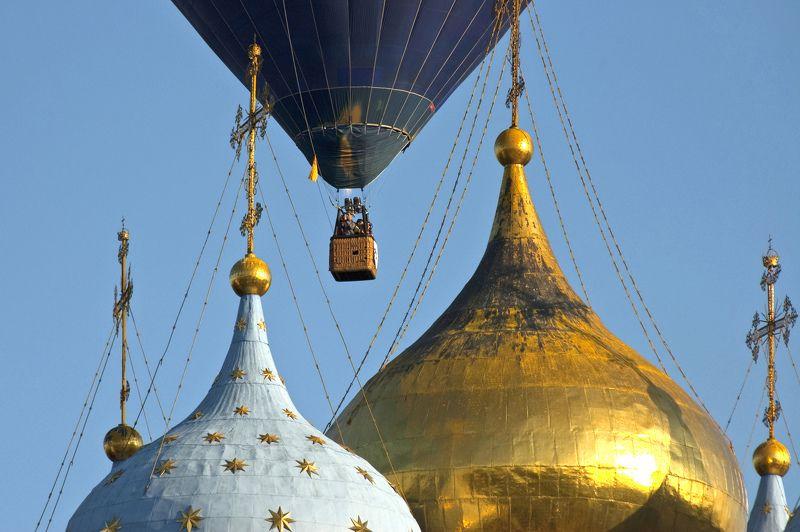 Тепловой аэростат Дианы Насоновой над куполами рязанского кремля.photo preview