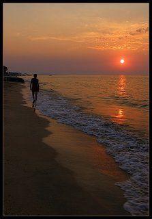 По краешку моря, смотря на закат...