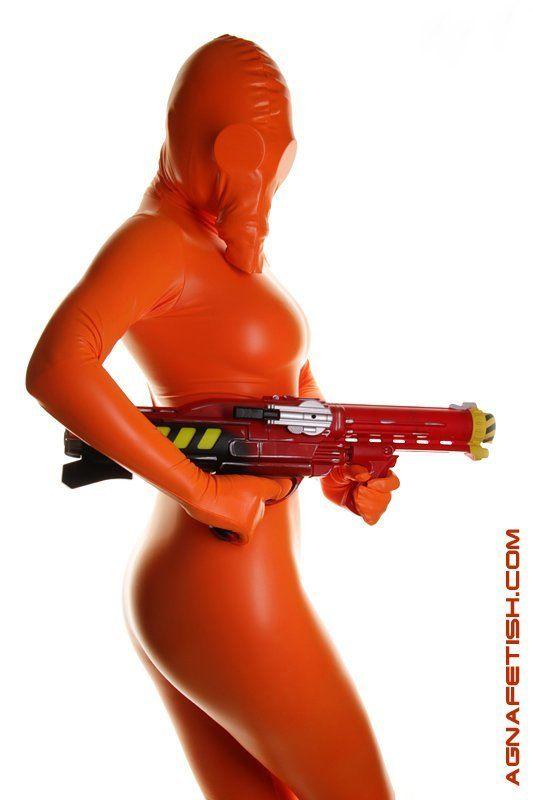 фетиш, зентай, противогаз, маска на противогаз, комбинезон, химзащита, оружие, водяное ружье, оранжевый, кэтсьюит, агна деви Фетишphoto preview