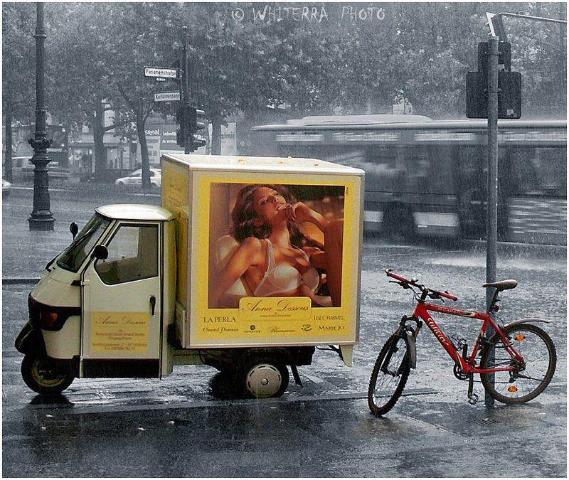 велосипед, , дождь Застигнутые дождёмphoto preview