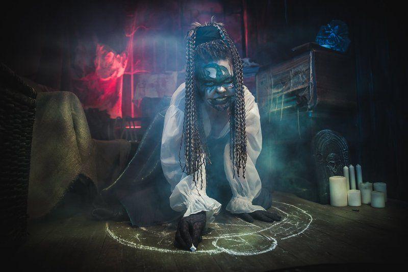 Ведьма, пентаграмма, импульс, свет, мистика, ужасы, студия,страх, Helloween, демоны,обряды, свечи, дым, постановка, обработка Helloweenphoto preview