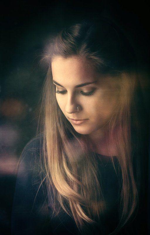 Девушка, утро, естественный свет, стекло, через окно, цвет, обработка, задумчивость,  Сашаphoto preview