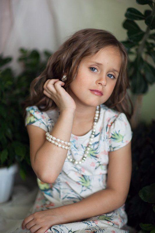 портрет дети ребенок цветы красиво нарядно фешн кудри девочка Наталиphoto preview