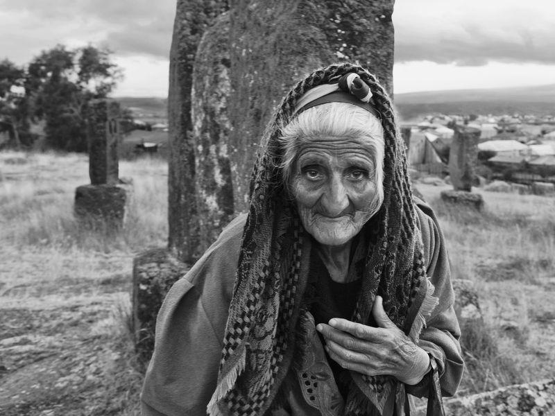 портрет, человек, женщина, люди, лицо, глаза, эмоция, взгляд, старость, некрополь, памятник, путешествие, снг, закавказье, армения, норадус, норатус, хачкары *******photo preview