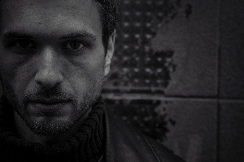 Мужской портрет Один в городеphoto preview