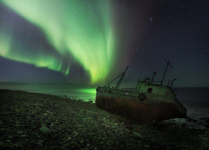 заполярье, кильдин, северное сияние, баренцево море Заброшенное рыбацкое судно в лучах северного сияния.photo preview