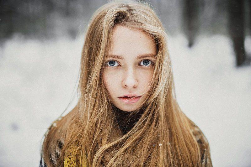 девушка портрет зима глаза волосы арт веснушки photo preview