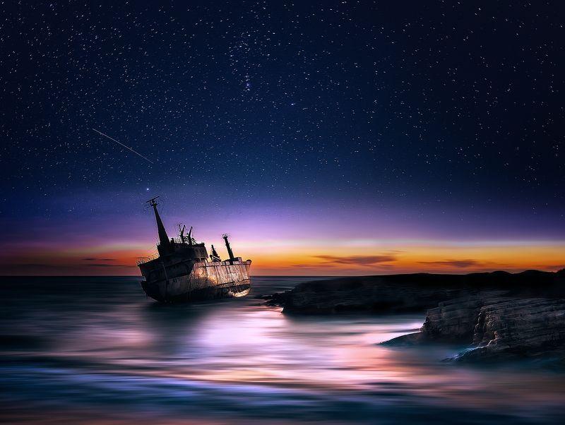 Звездная ночь над кораблекрушенияphoto preview